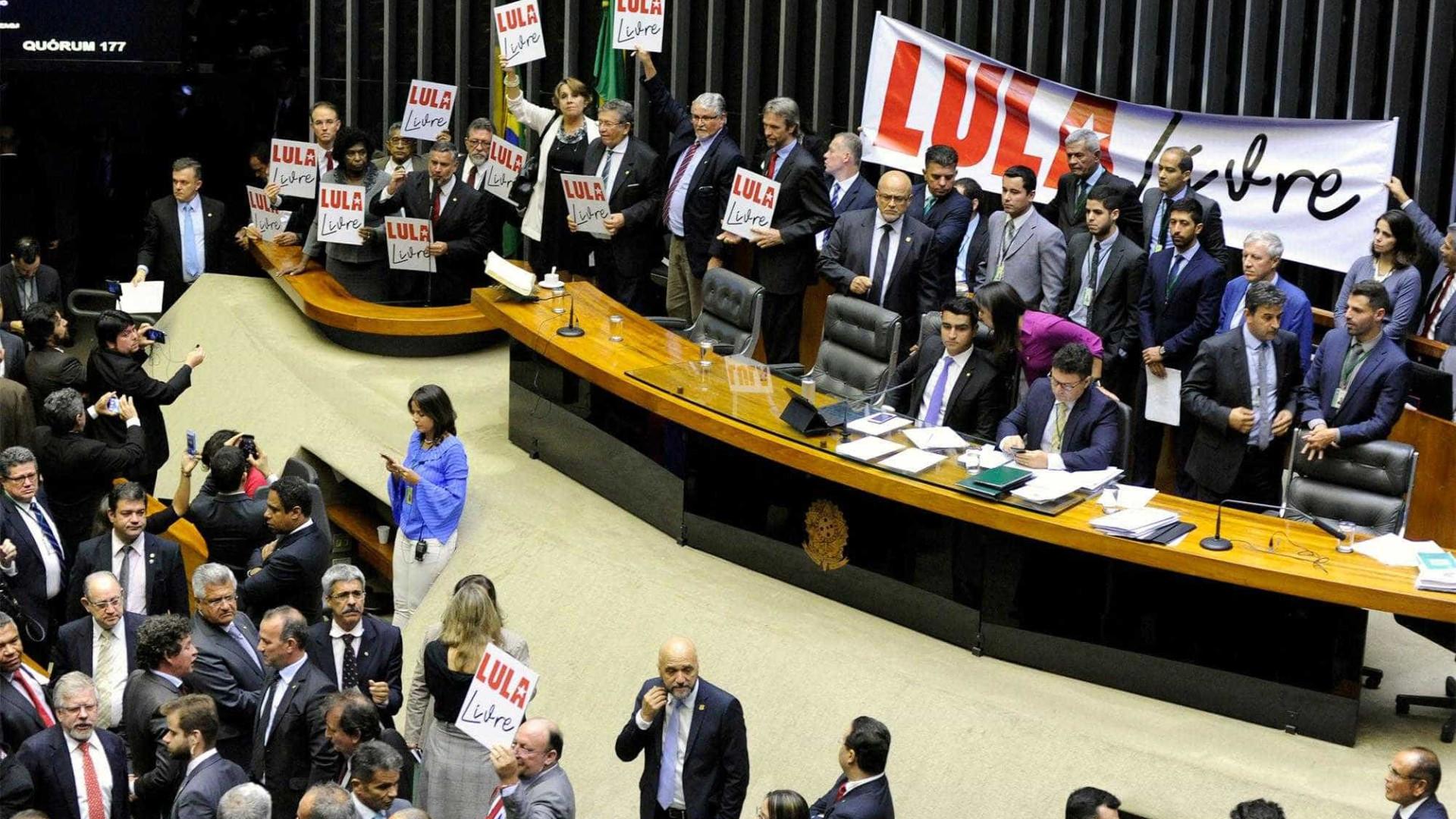 Prisão de Lula gera protesto e debates no plenário da Câmara