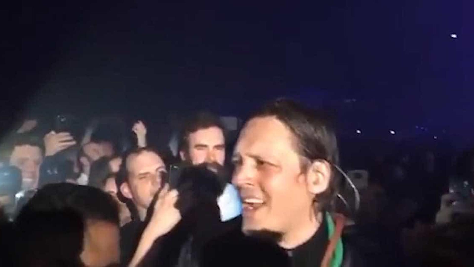Vocalista do Arcade Fire se enfurece ao ter chapéu roubado por fã