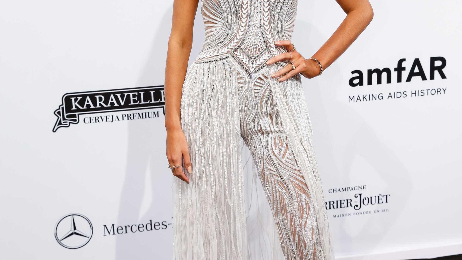 Versace posta foto de Bruna Marquezine e fãs piram nos comentários