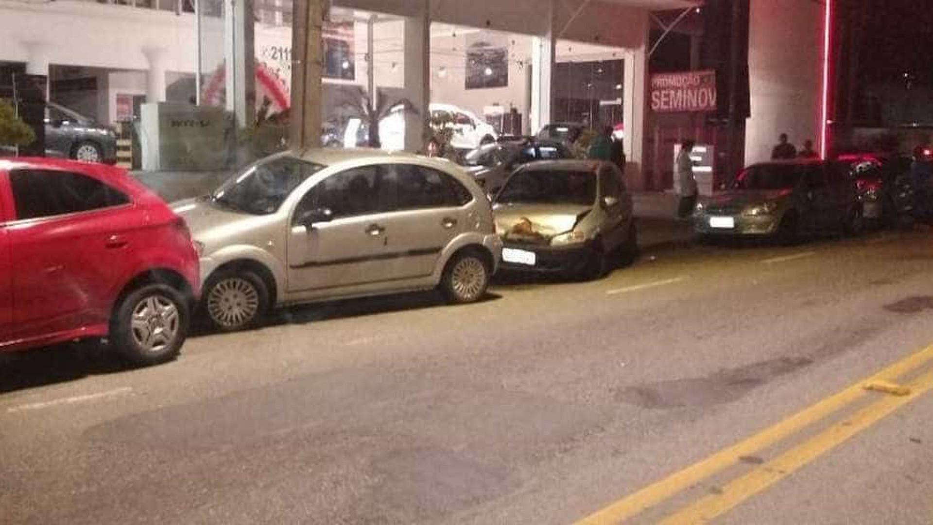 Motorista embriagado bate em 6 carros parados e é preso