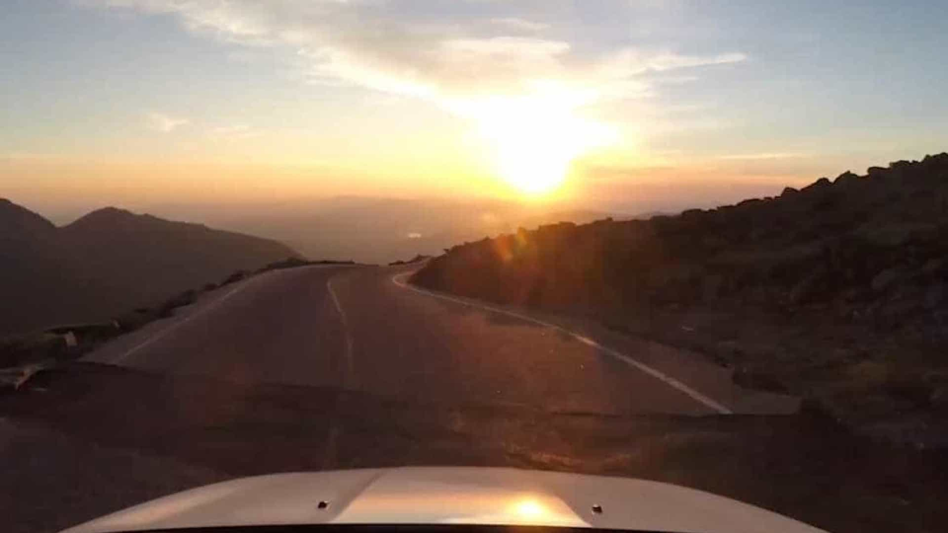 Estrada montanhosa nos EUA tem cenário espetacular