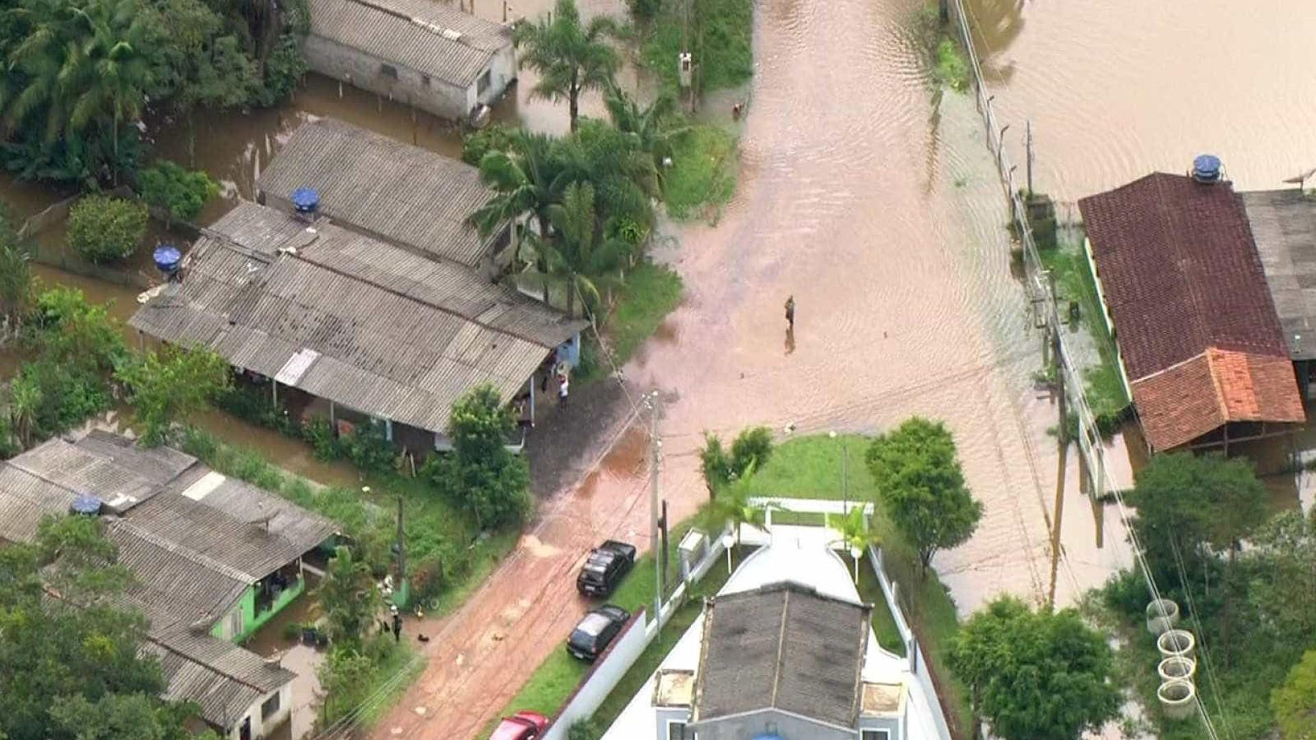 Rio transborda e deixa pessoas ilhadas na Grande São Paulo