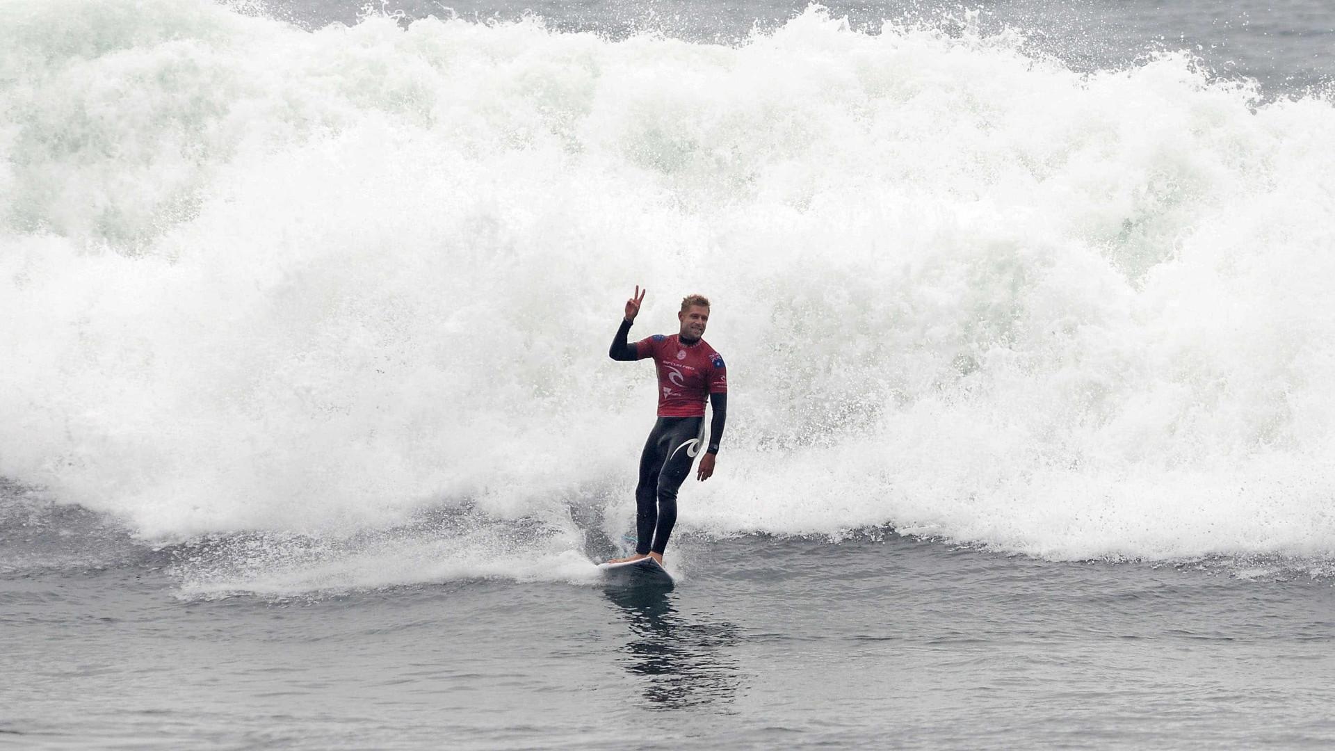Ataques de tubarão adiam etapa do Circuito Mundial de Surfe