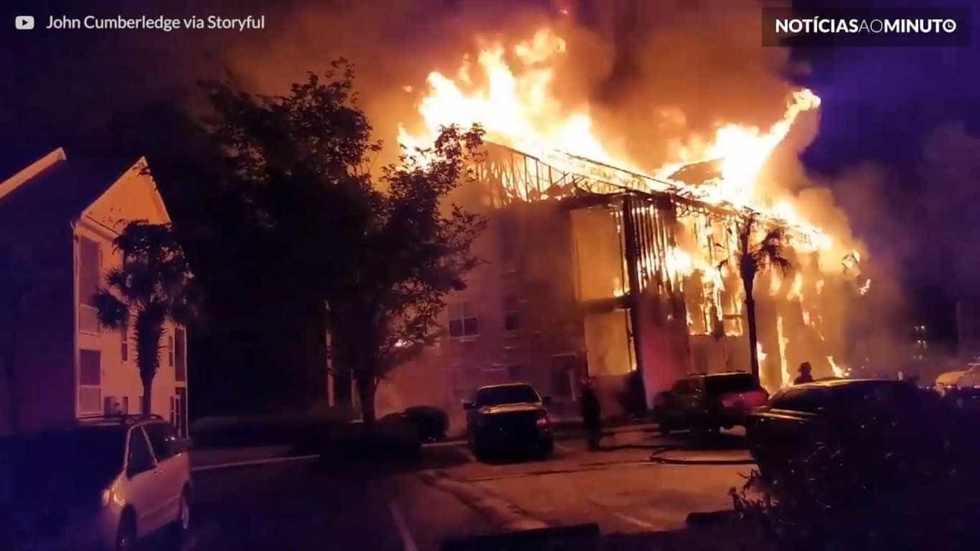 Incêndio na Carolina do Sul destrói edifício; vídeo
