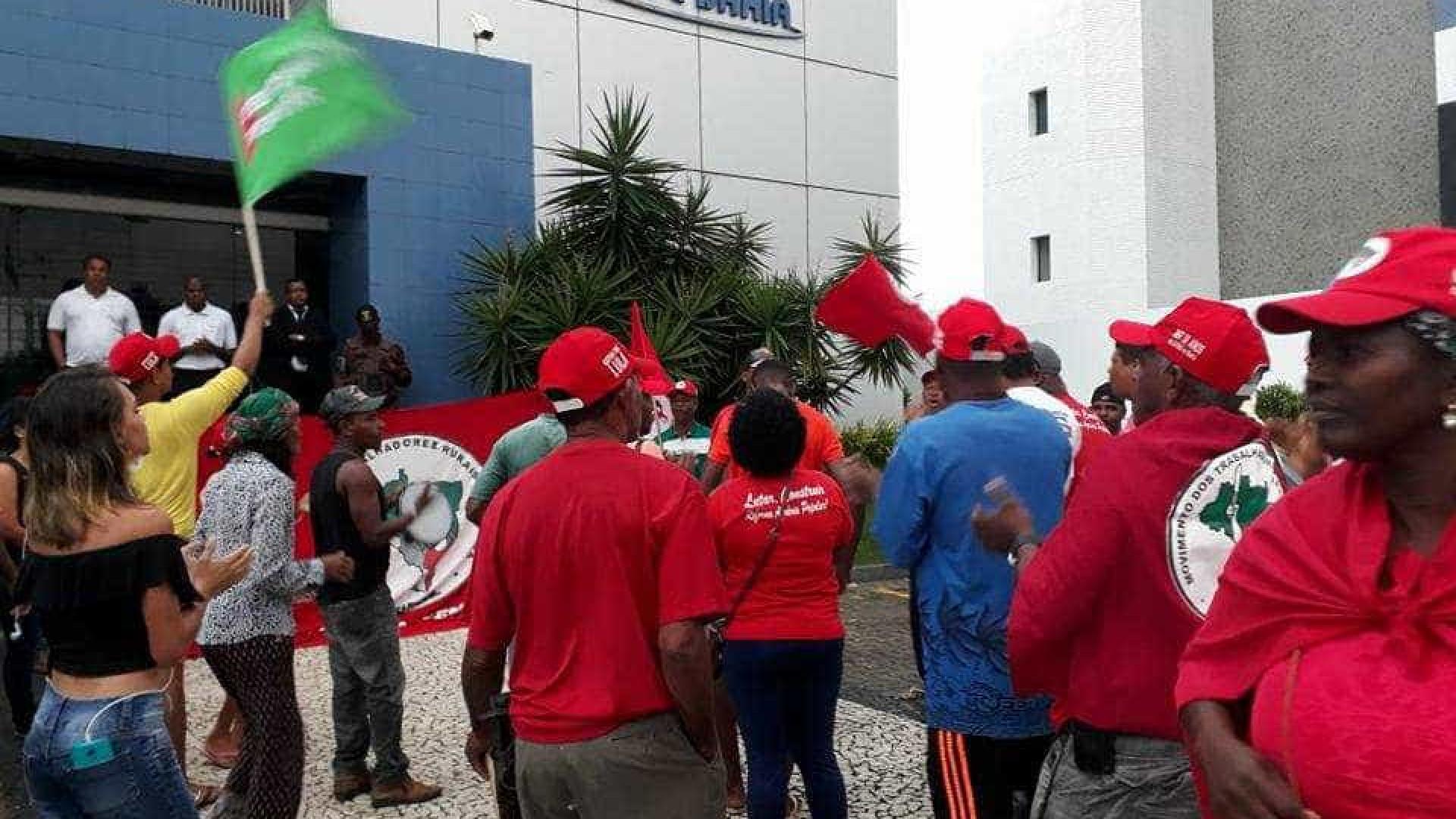 MST invade sede de afiliada da Globo na Bahia e fazenda de empresário