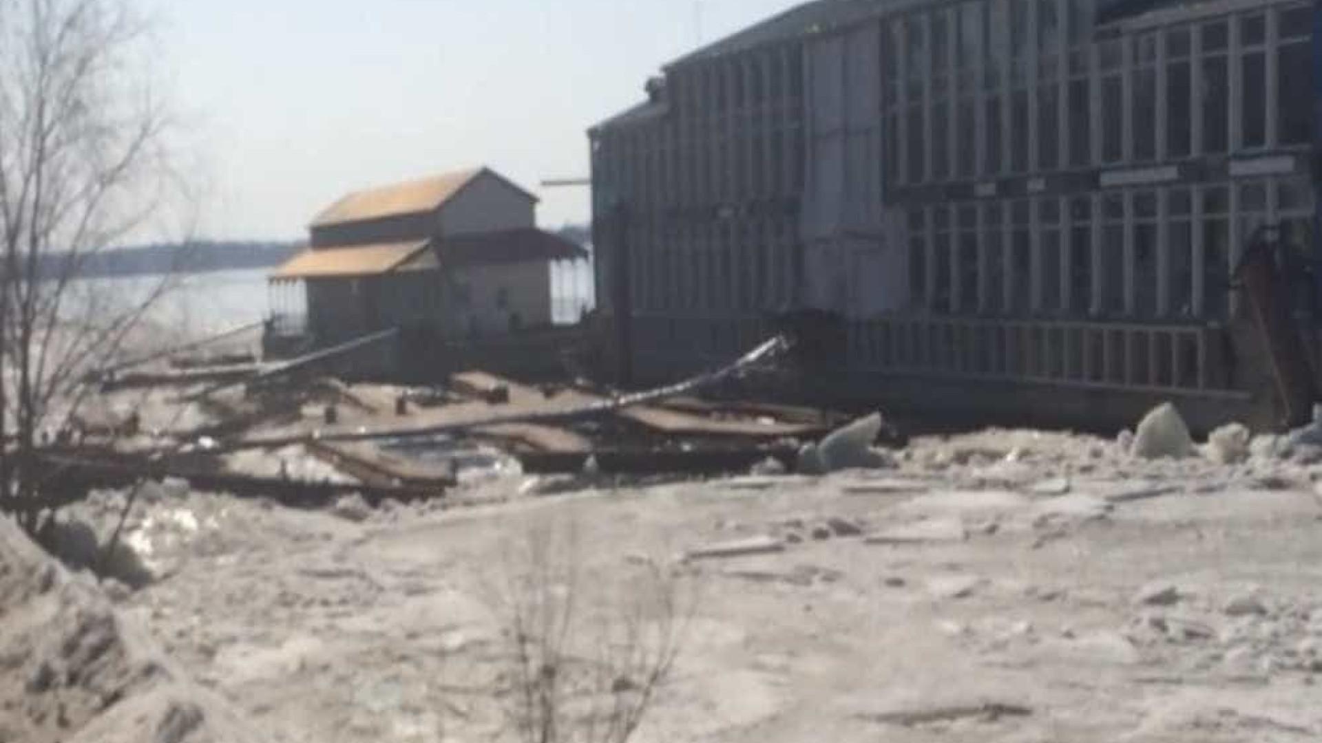 Gelo derretido arrasta restaurante na Rússia