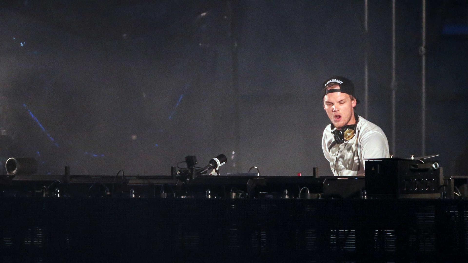 Família de Avicii sugere que DJ cometeu suicídio
