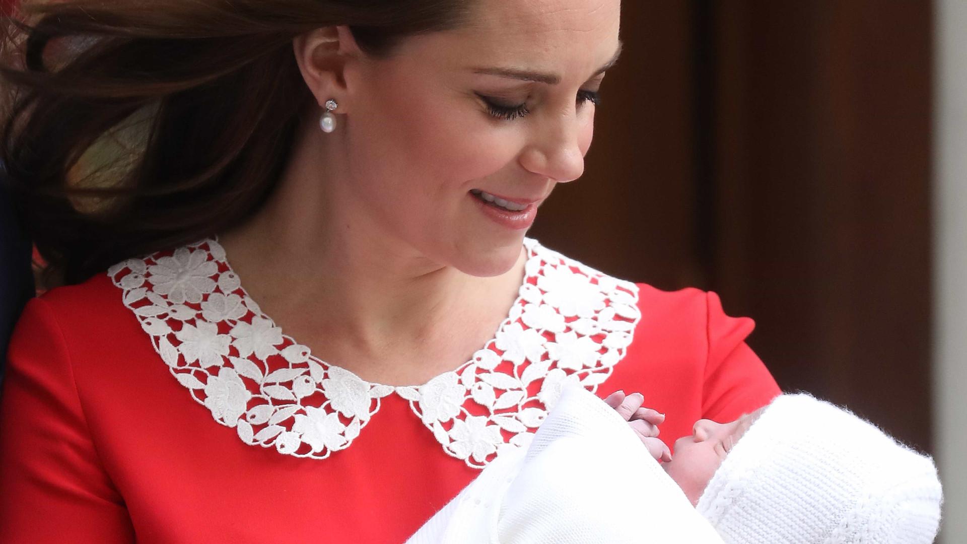 Kate aparece com o bebê real em público pela primeira vez após parto