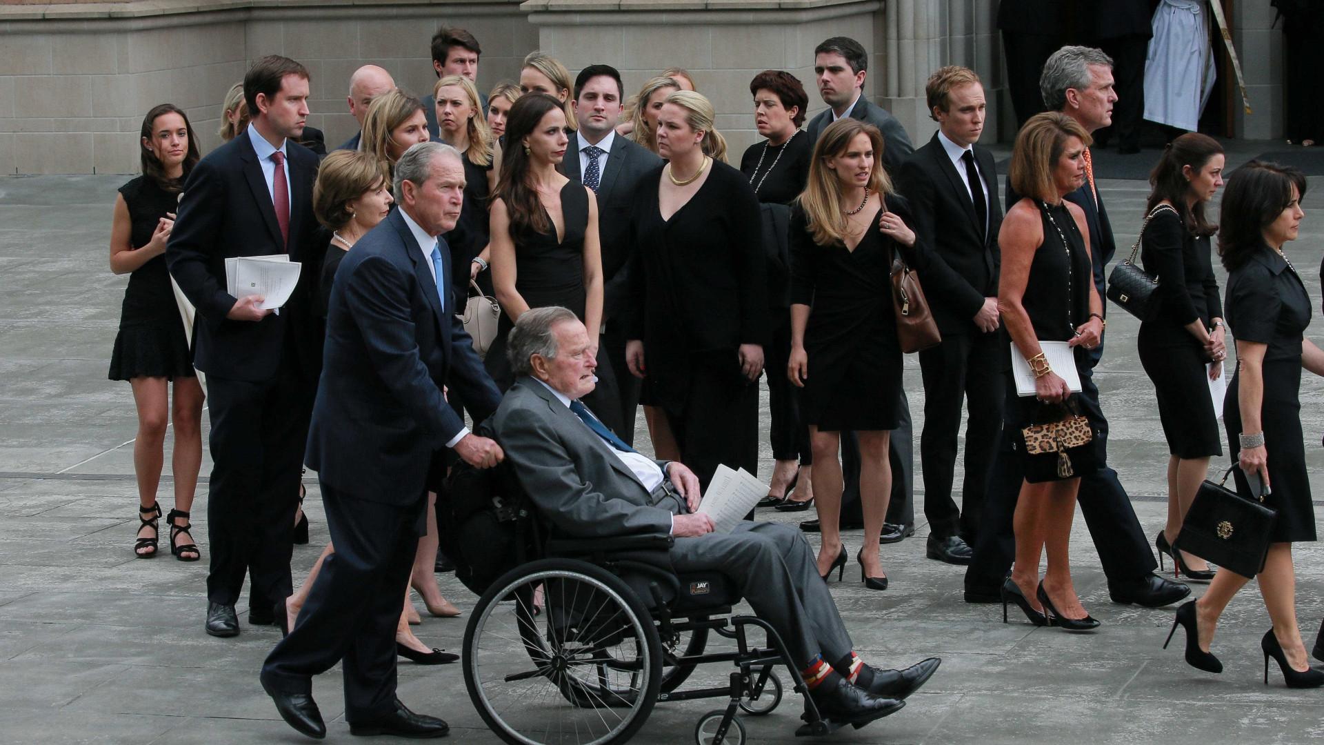 Ex-presidente George Bush é hospitalizado após funeral da esposa