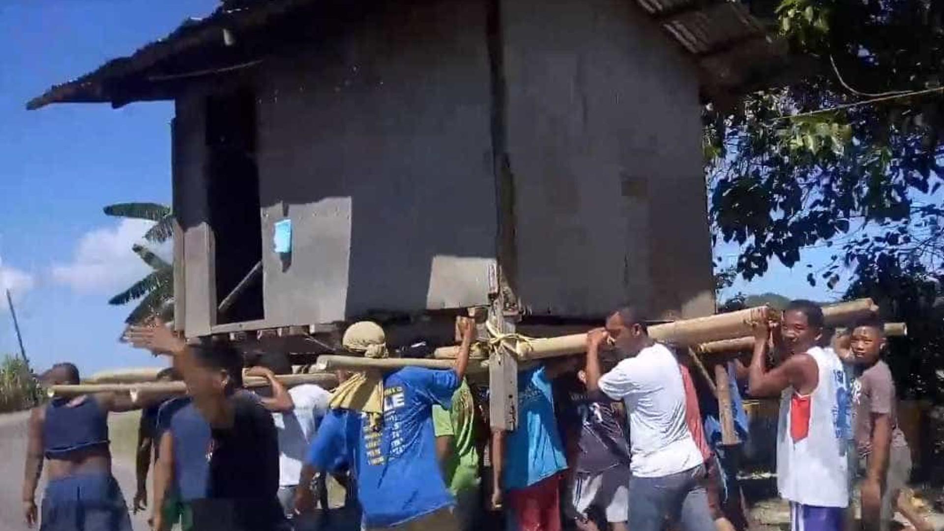 Comunidade se reúne para mudar casa de lugar nas Filipinas