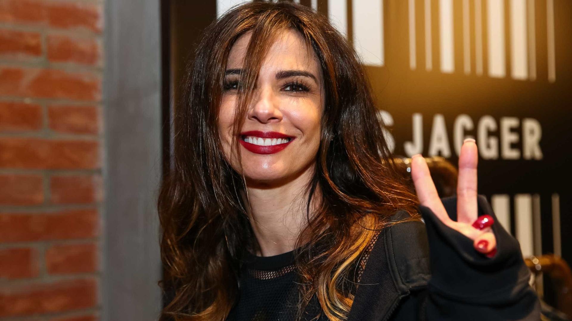 Luciana Gimenez ganha rosas vermelhas e faz mistério do remetente