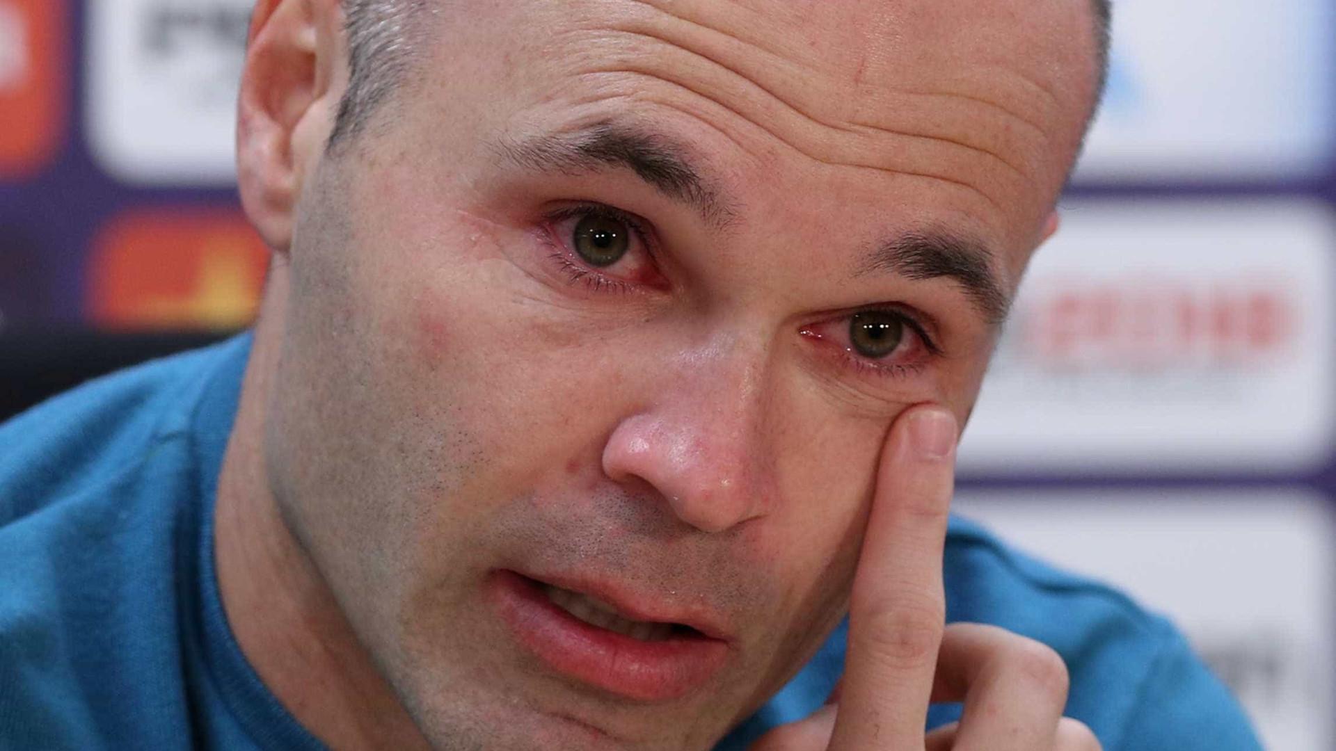 Iniesta chora ao anunciar a saída do Barcelona