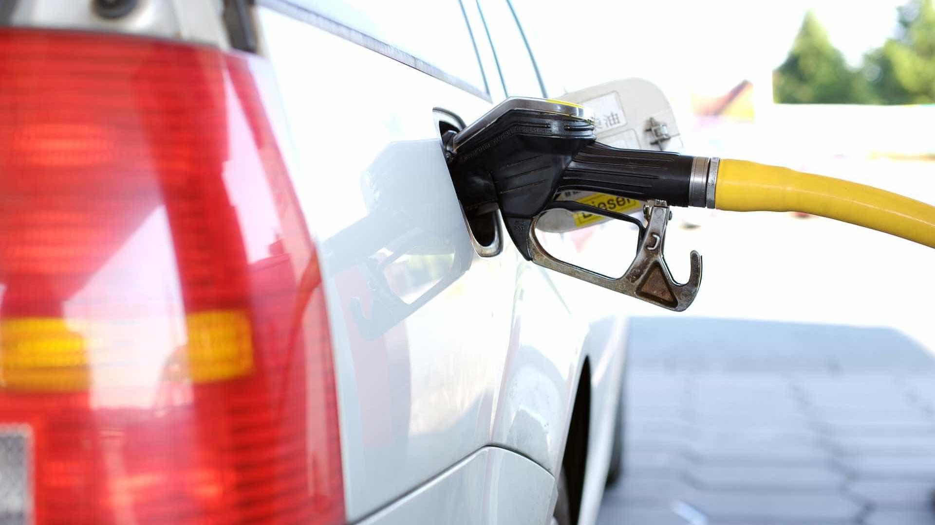 Homem é preso por tentar roubar gasolina de veículo estacionado