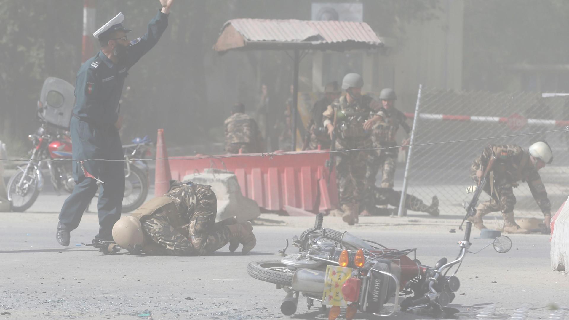 Pelo menos 25 mortos em dupla explosão no Afeganistão 08:08