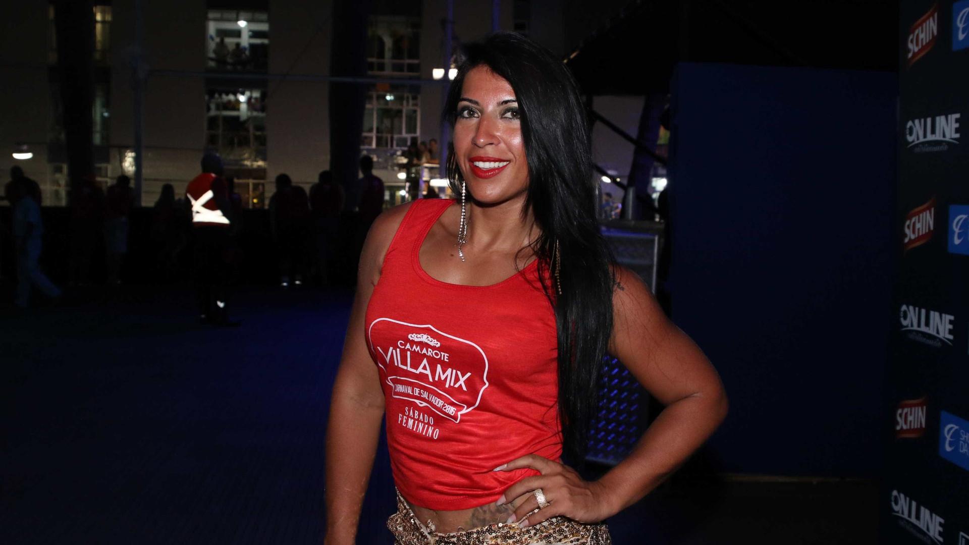Priscila Pires vai a delegacia buscar filhos após ex ser preso