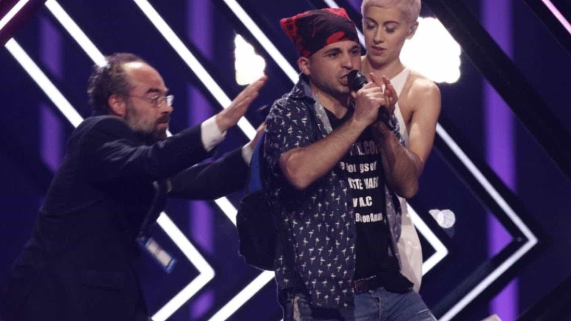 Eurovisão homem invade palco em protesto contra o Brexit