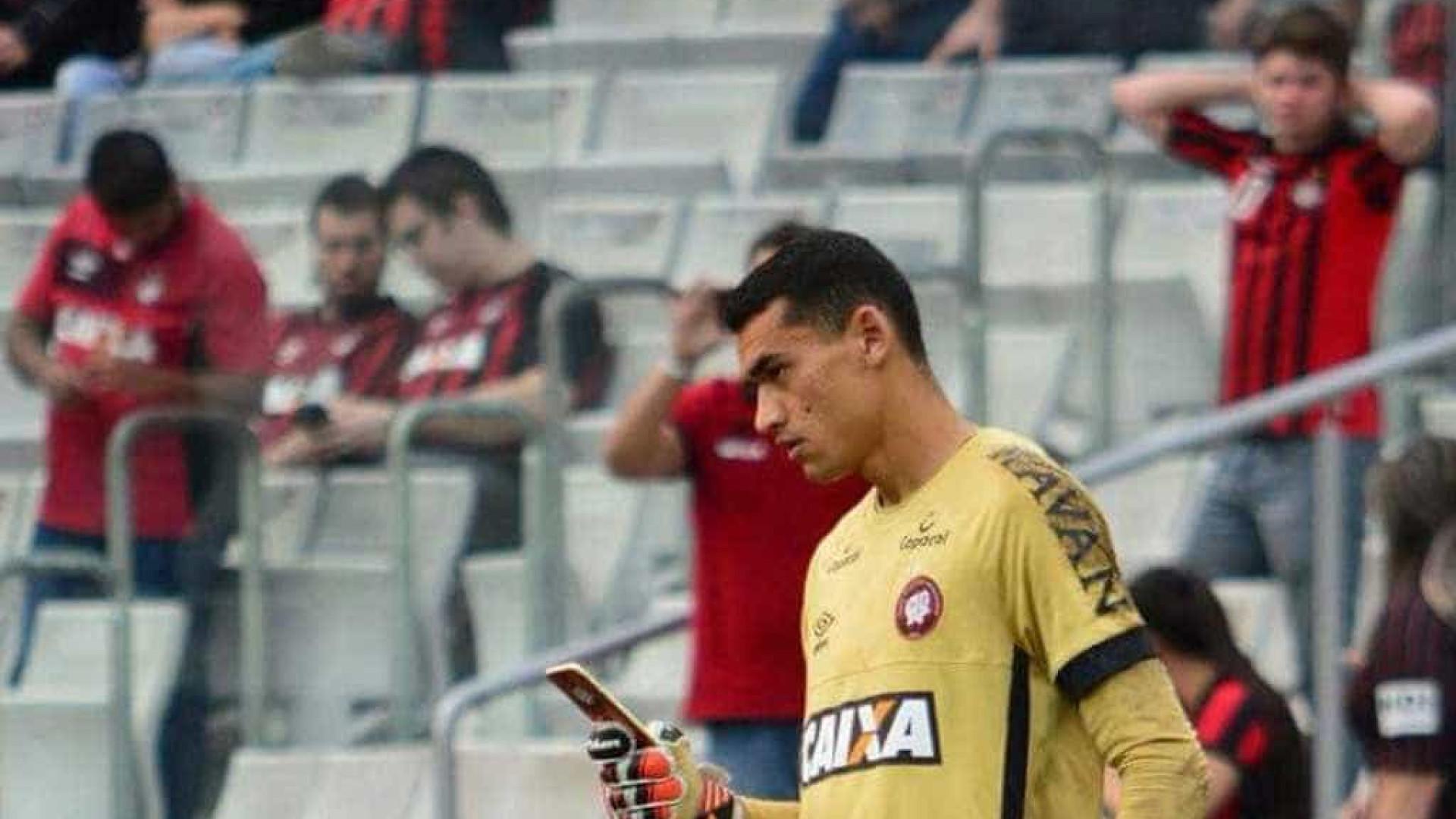 Goleiro do Atlético-PR usa celular durante jogo e viraliza na internet