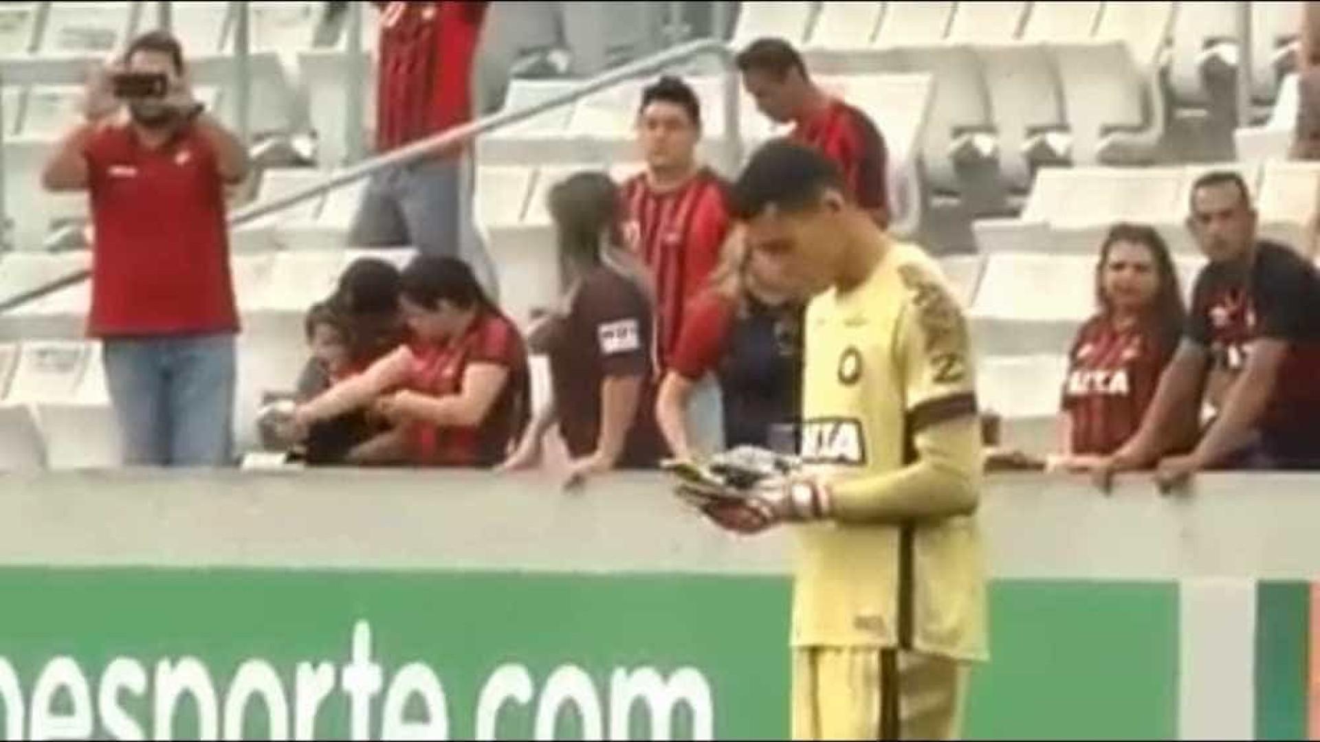 Goleiro do Atlético-PR usa celular em campo; vídeo