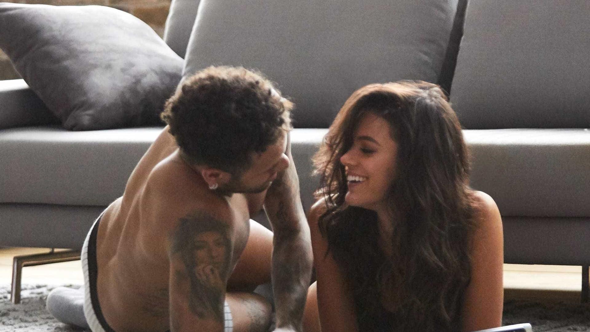 Fotógrafo posa com Marquezine em bastidores de campanha sexy