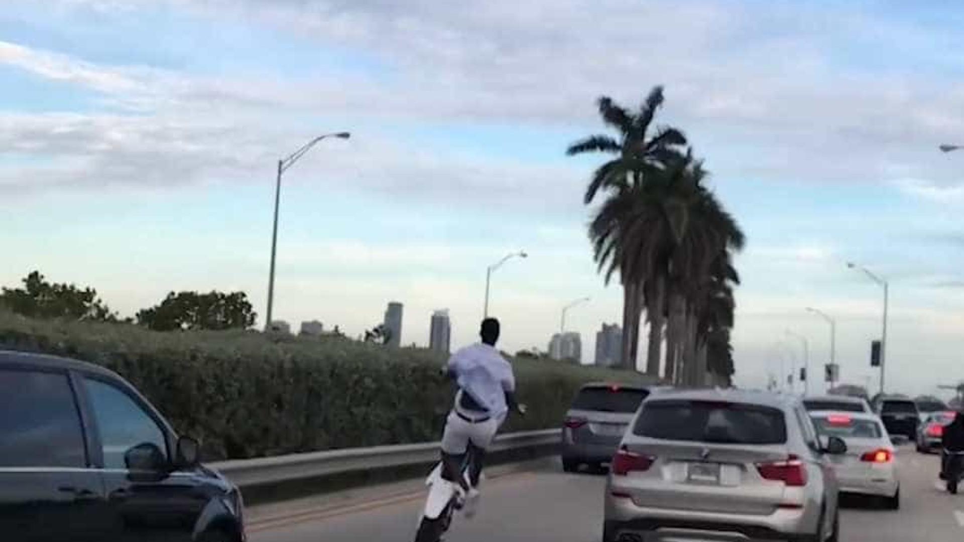 Homem empina a moto para fugir do trânsito em Miami