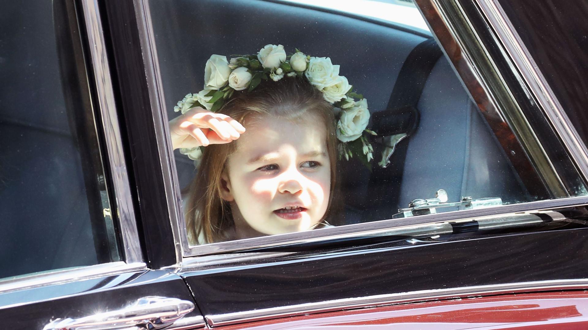 Pequena grande princesa: Charlotte encanta em casamento real