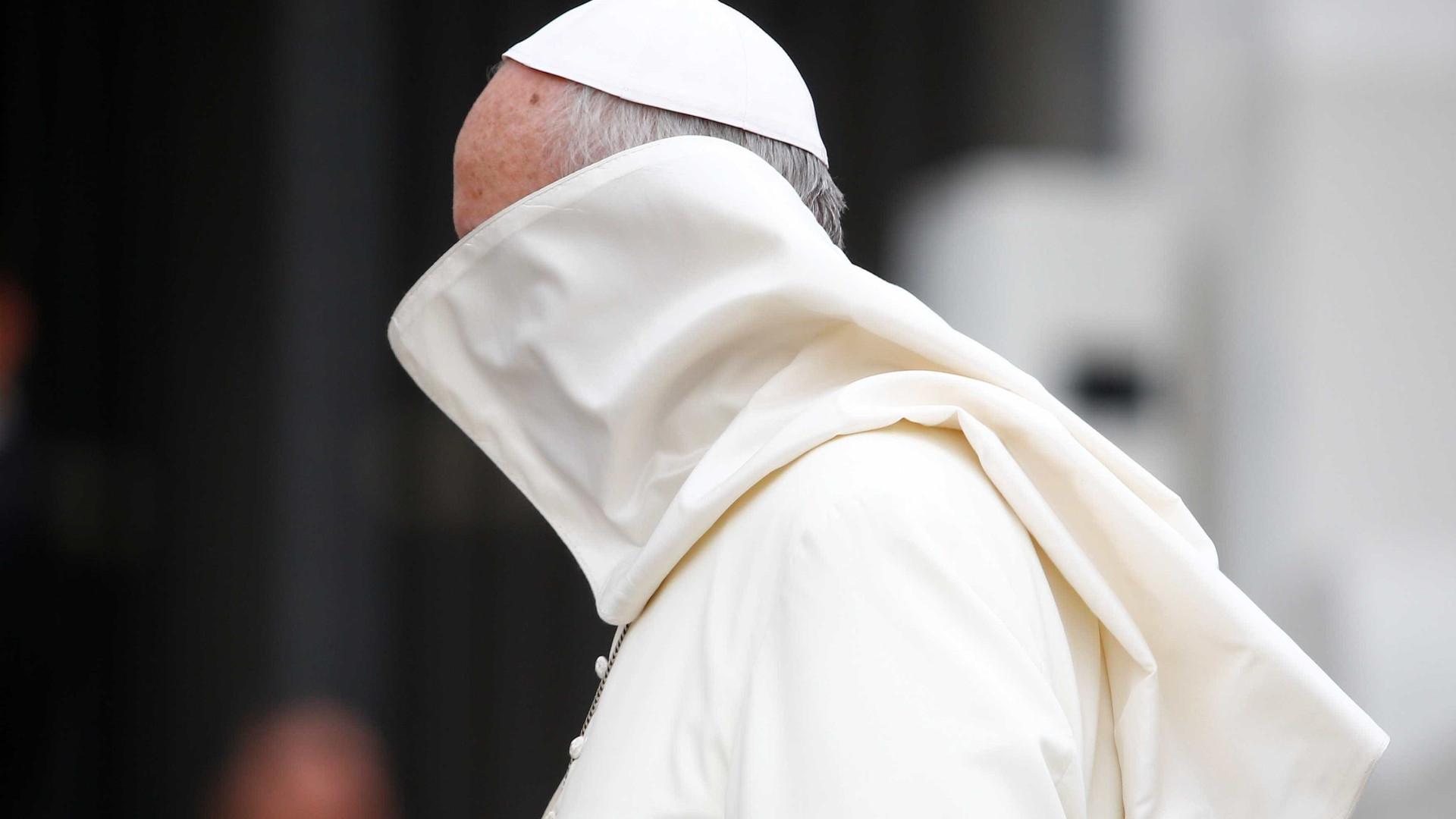 Papa orienta bispos a barrar seminaristas gays, afirma jornal