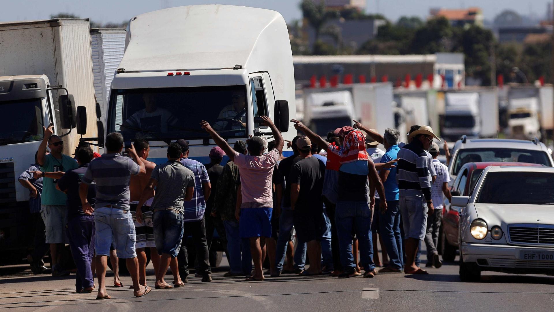 Caminhoneiros tentam se reunir em Brasília para reavaliar força
