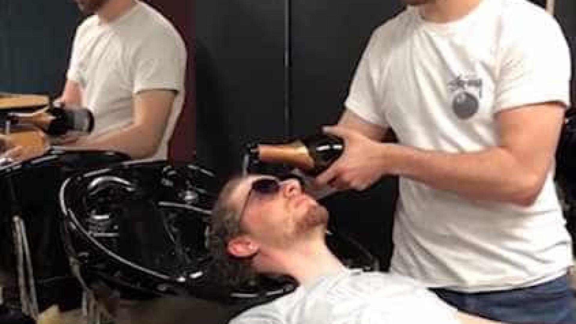 Barbeiro russo lava o cabelo dos clientes com champanhe; vídeo
