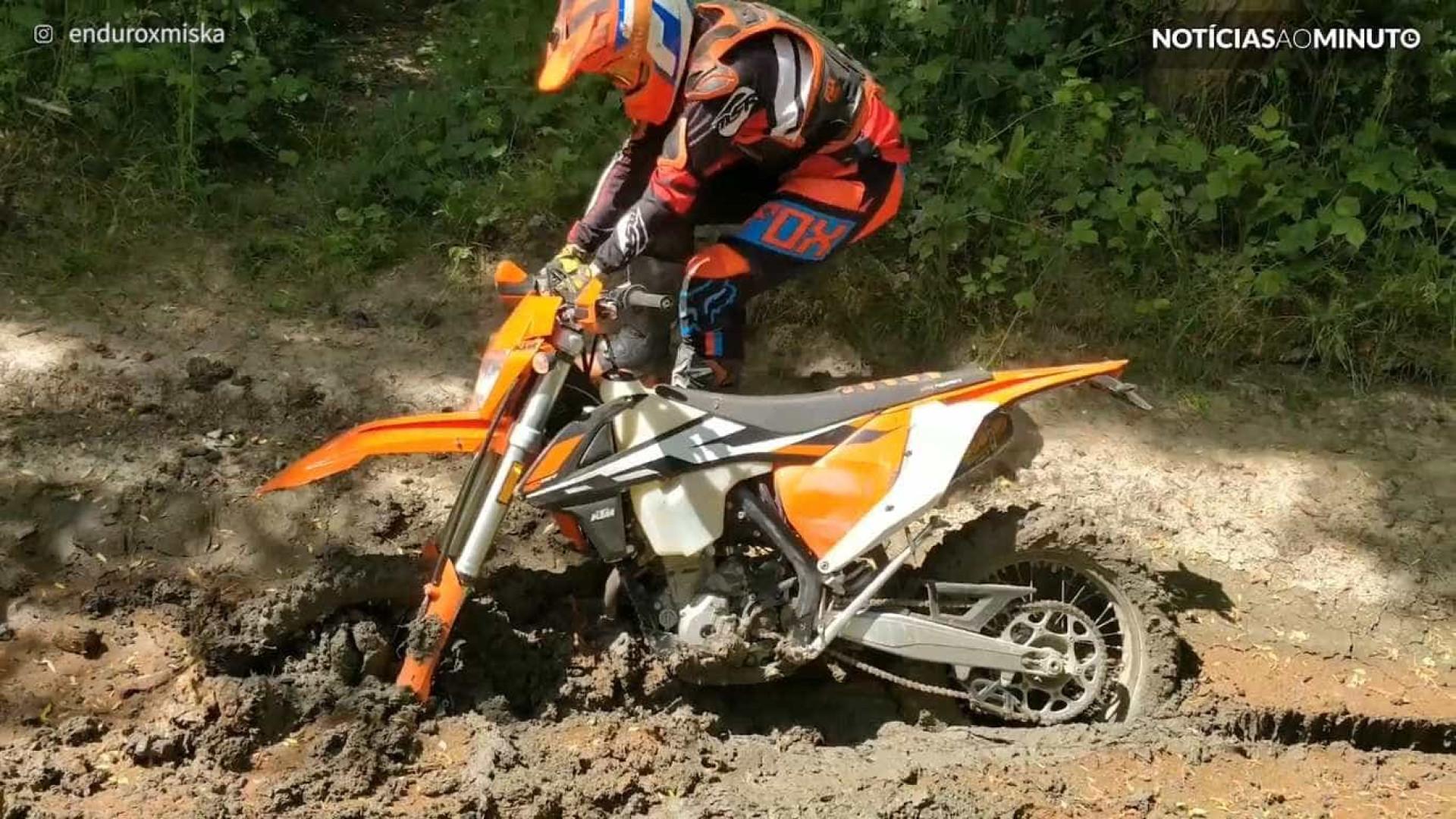 Jovem tenta retirar moto atolada na lama; vídeo