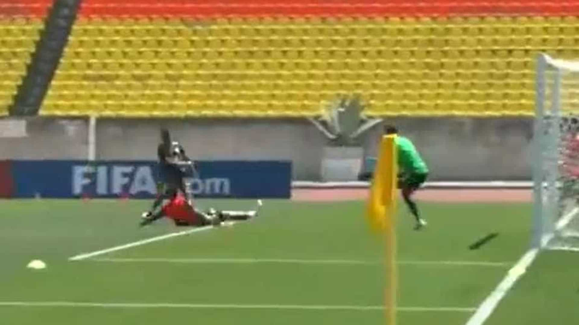Taison marca gol em treino da Seleção: 'Pé calibrado'; vídeo