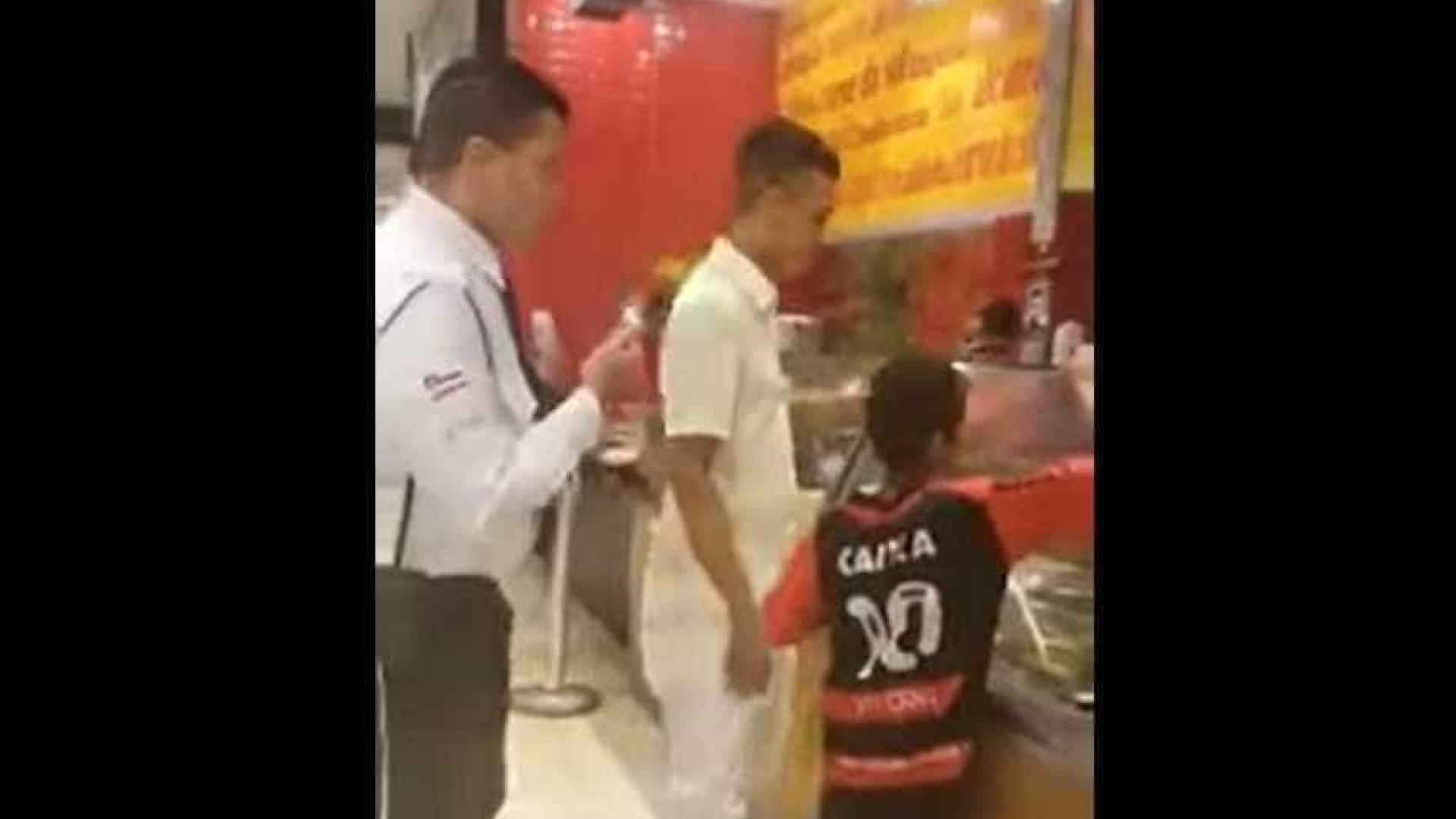 Segurança tenta impedir homem de pagar almoço para criança em Shopping