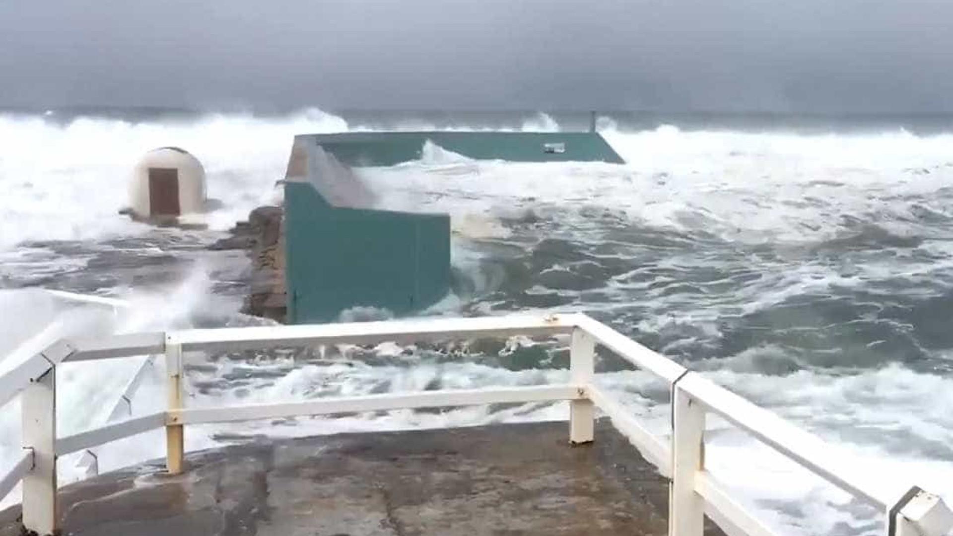 Ondas gigantes invadem piscina pública na Austrália