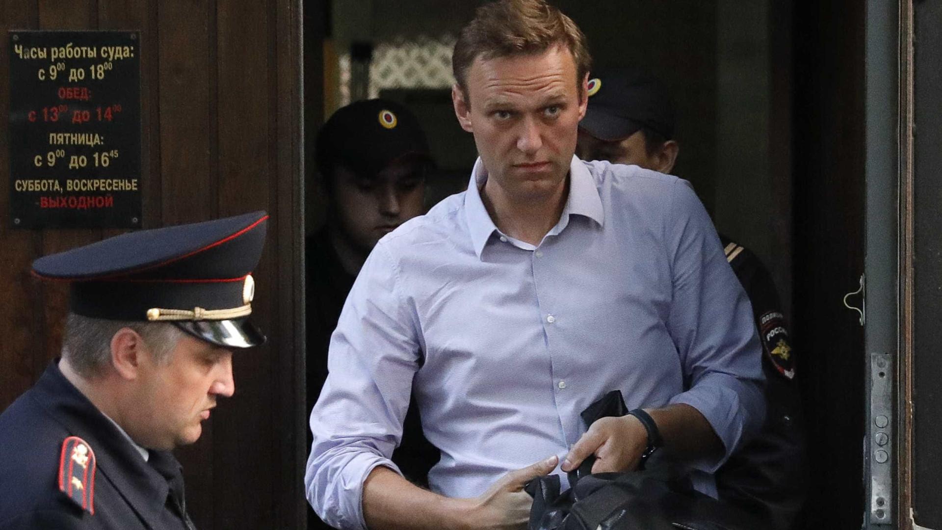 Opositor de Putin sai da cadeia e diz que ela ganhou 'padrão Fifa'