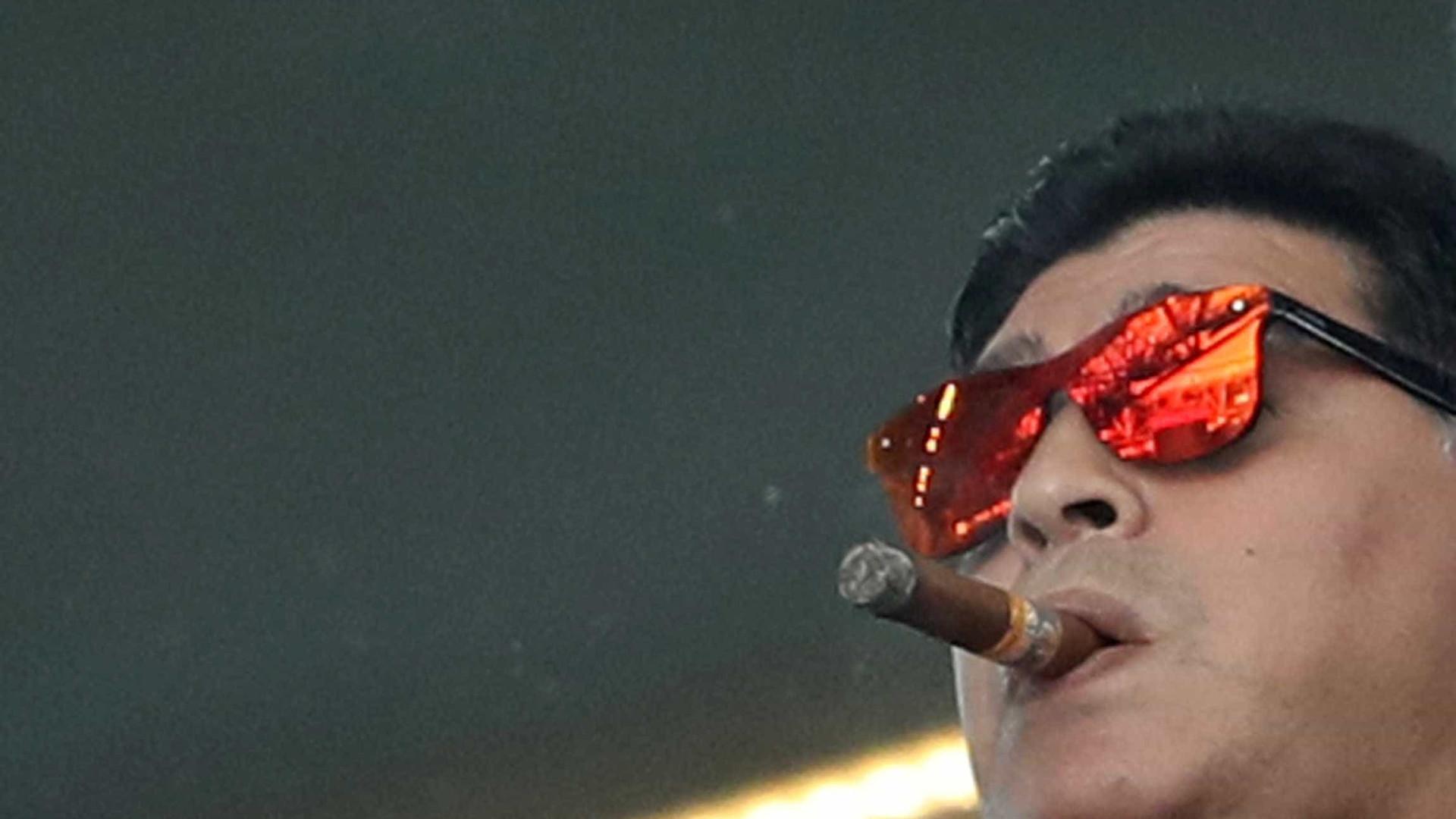 Maradona pede desculpas por fumar em estádio durante jogo da Argentina