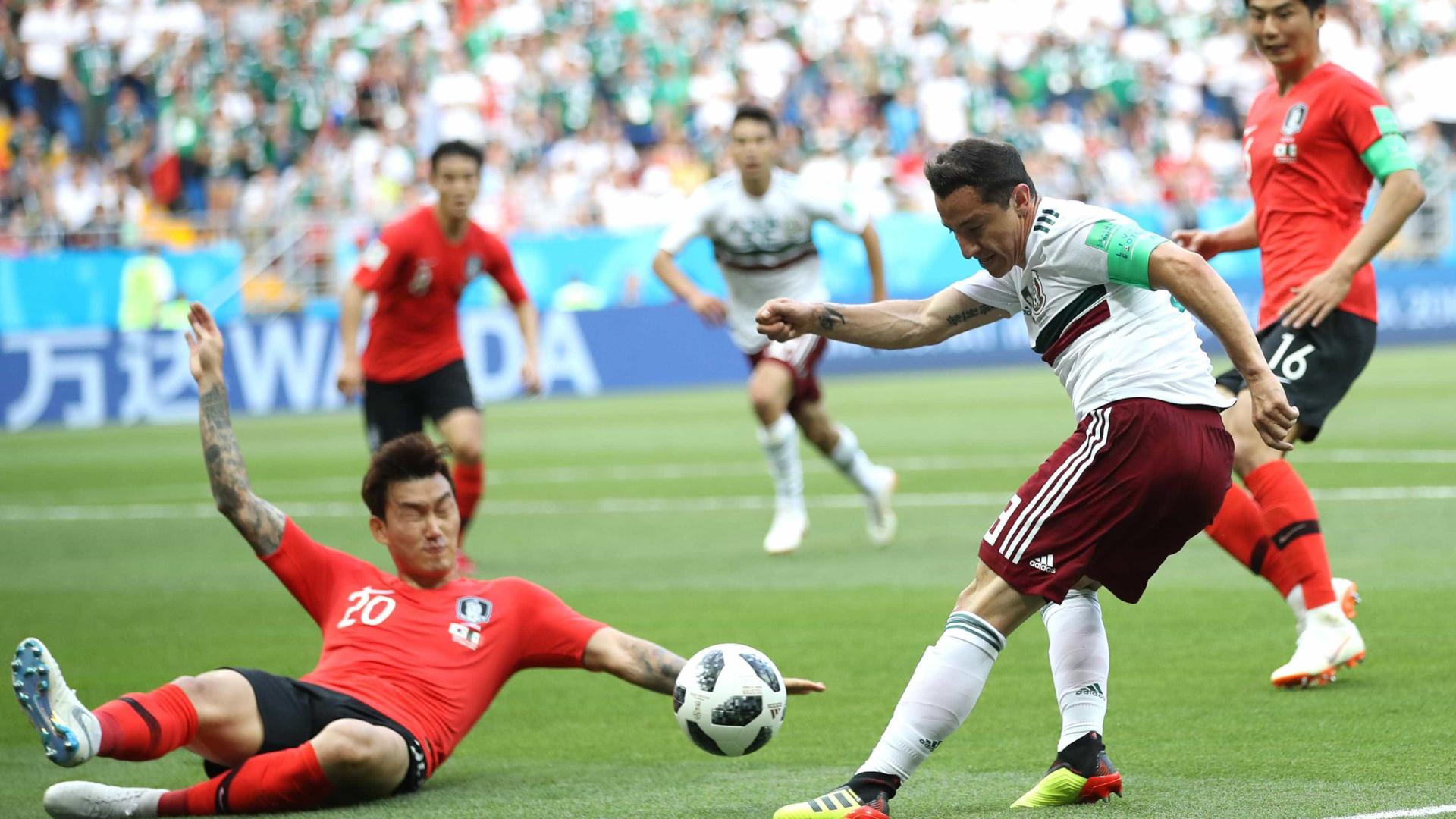 De pênalti, México abre o placar contra a Coreia do Sul