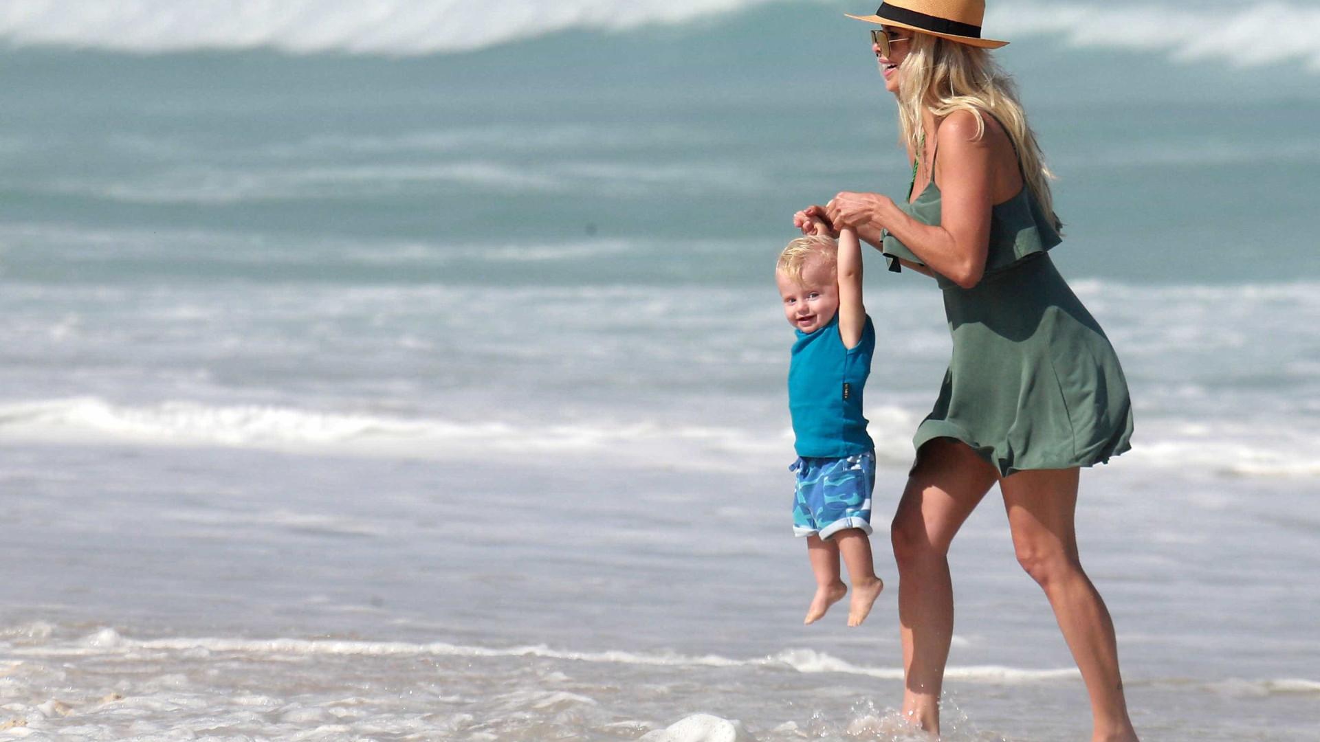 Karina Bacchi curte dia de sol e praia com o filho no Rio