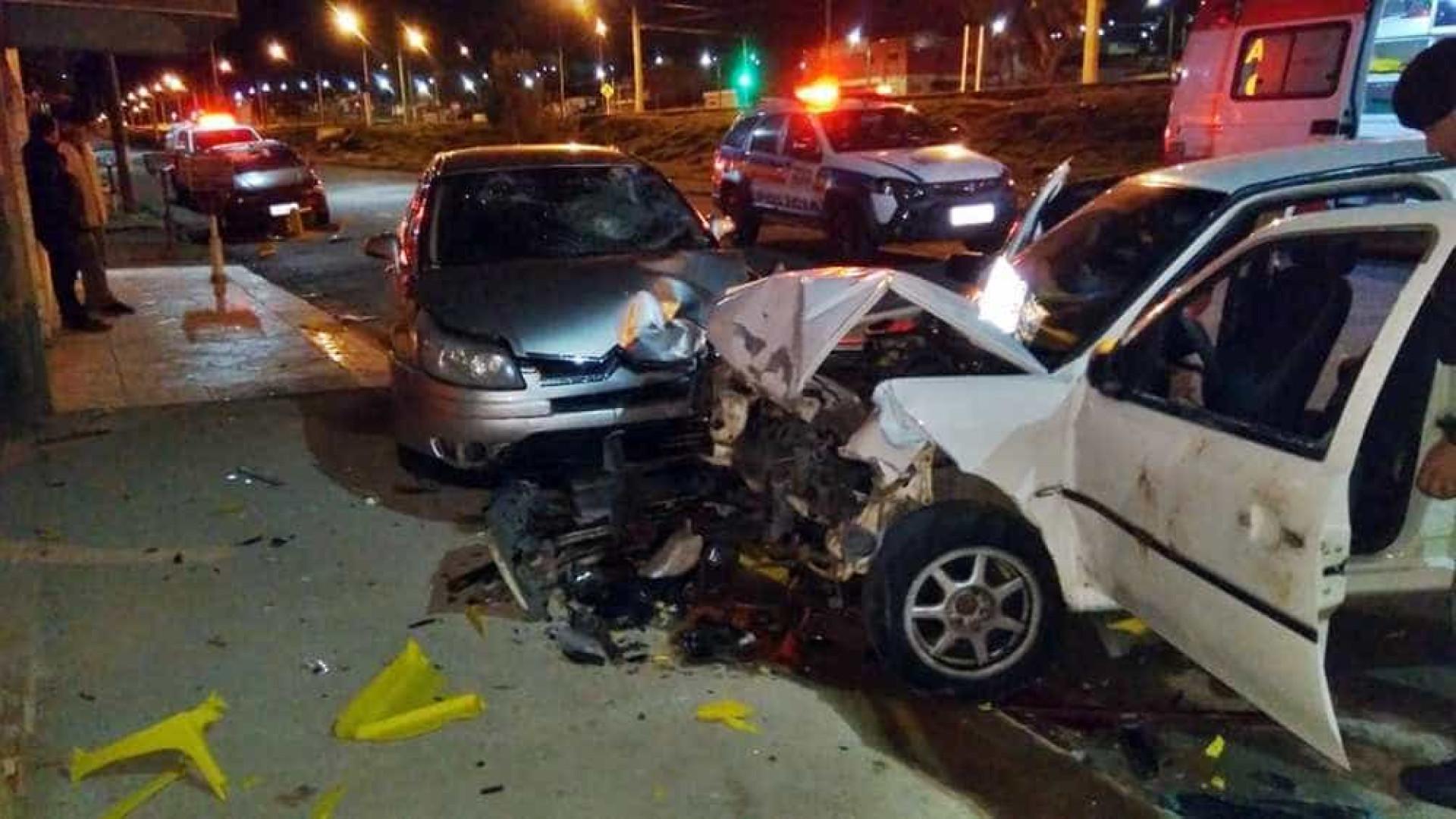 Motorista invade bar, mata mulher de 34 anos e morre preso às ferragens