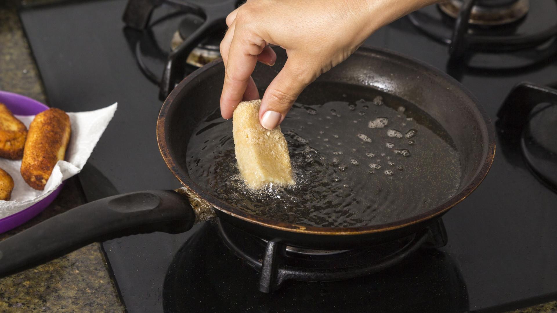 Saiba quantas vezes pode reutilizar o óleo para fritar alimentos