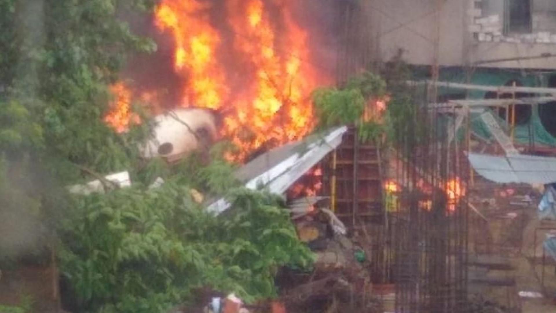 Avião fretado cai e ao menos cinco pessoas morrem em Mumbai