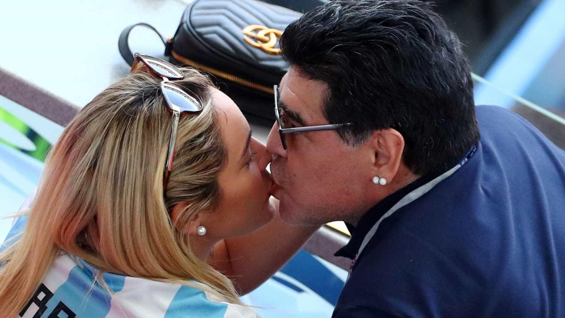 Ao lado da namorada, Maradona fica comportado em derrota da Argentina