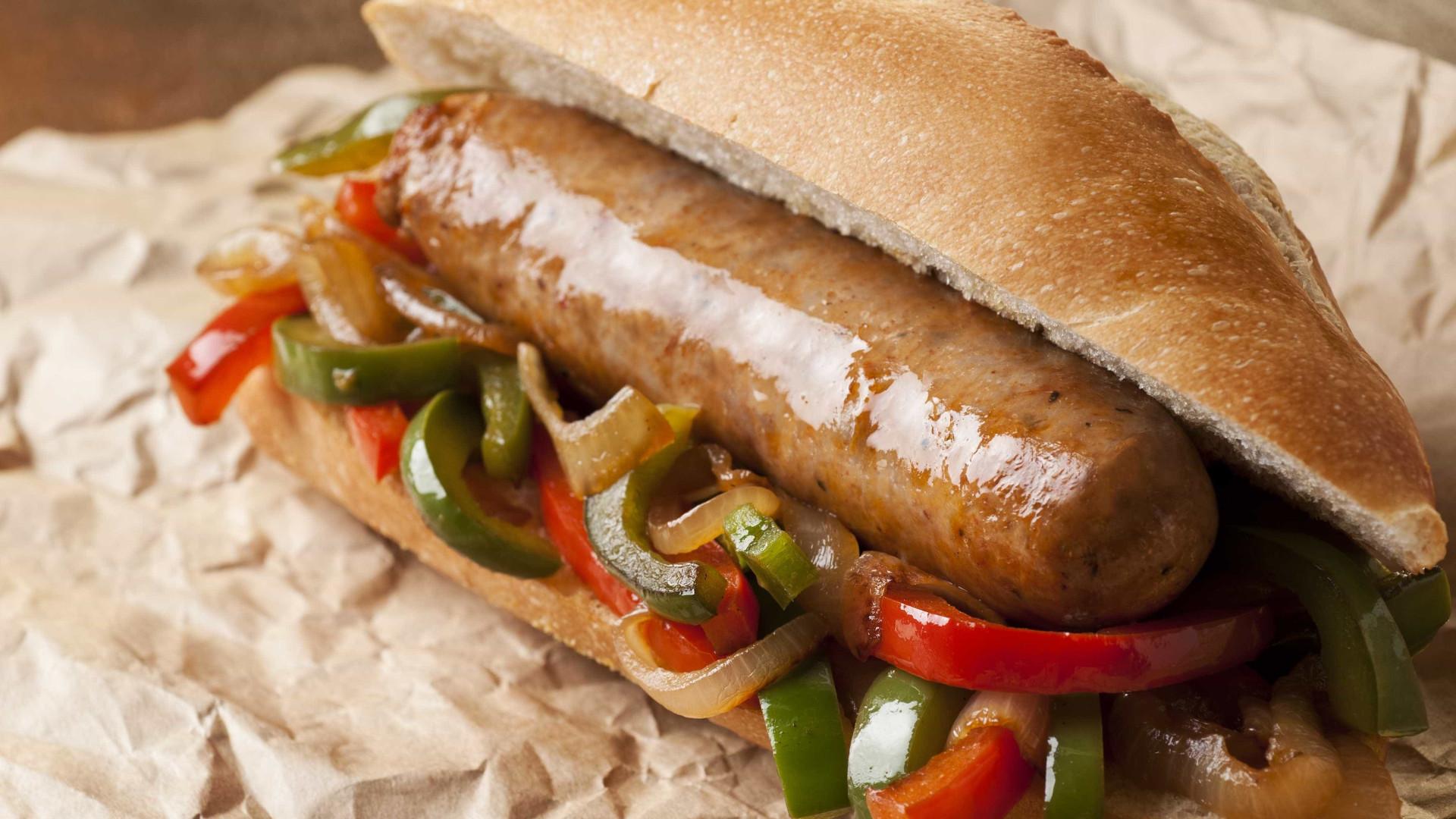 Aprenda a fazer um delicioso sanduíche de linguiça
