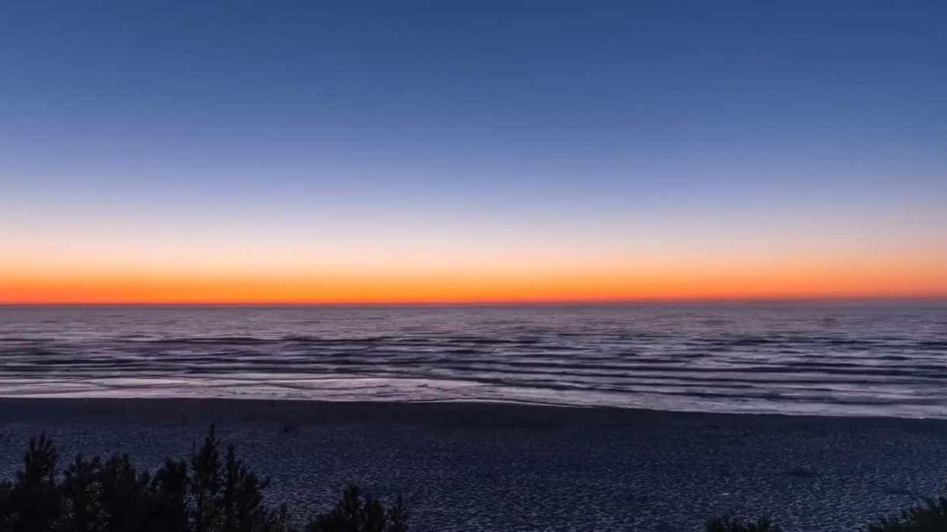 Beleza natural: o nascer e o pôr do sol no Mar Báltico
