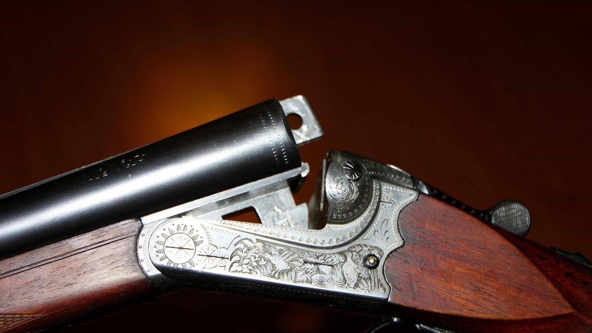 Adolescente atira no irmão de 5 anos enquanto brincavam com espingarda
