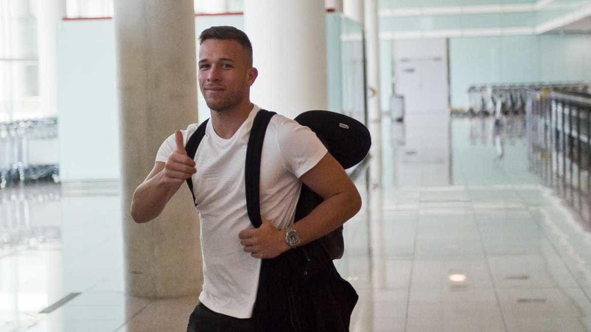 Arthur desembarca na Catalunha e já fala como jogador do Barcelona