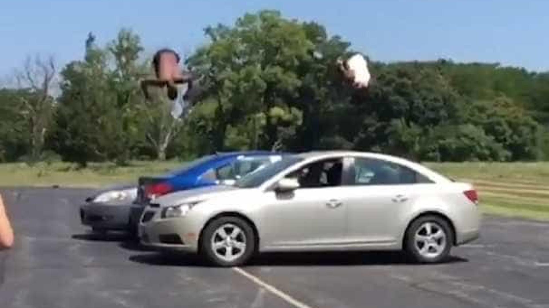 Jovens dão mortal por cima de 3 carros nos EUA