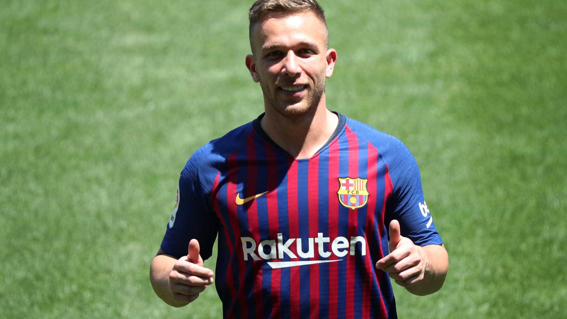 Arthur evita comparações com Xavi e Iniesta em apresentação no Barça