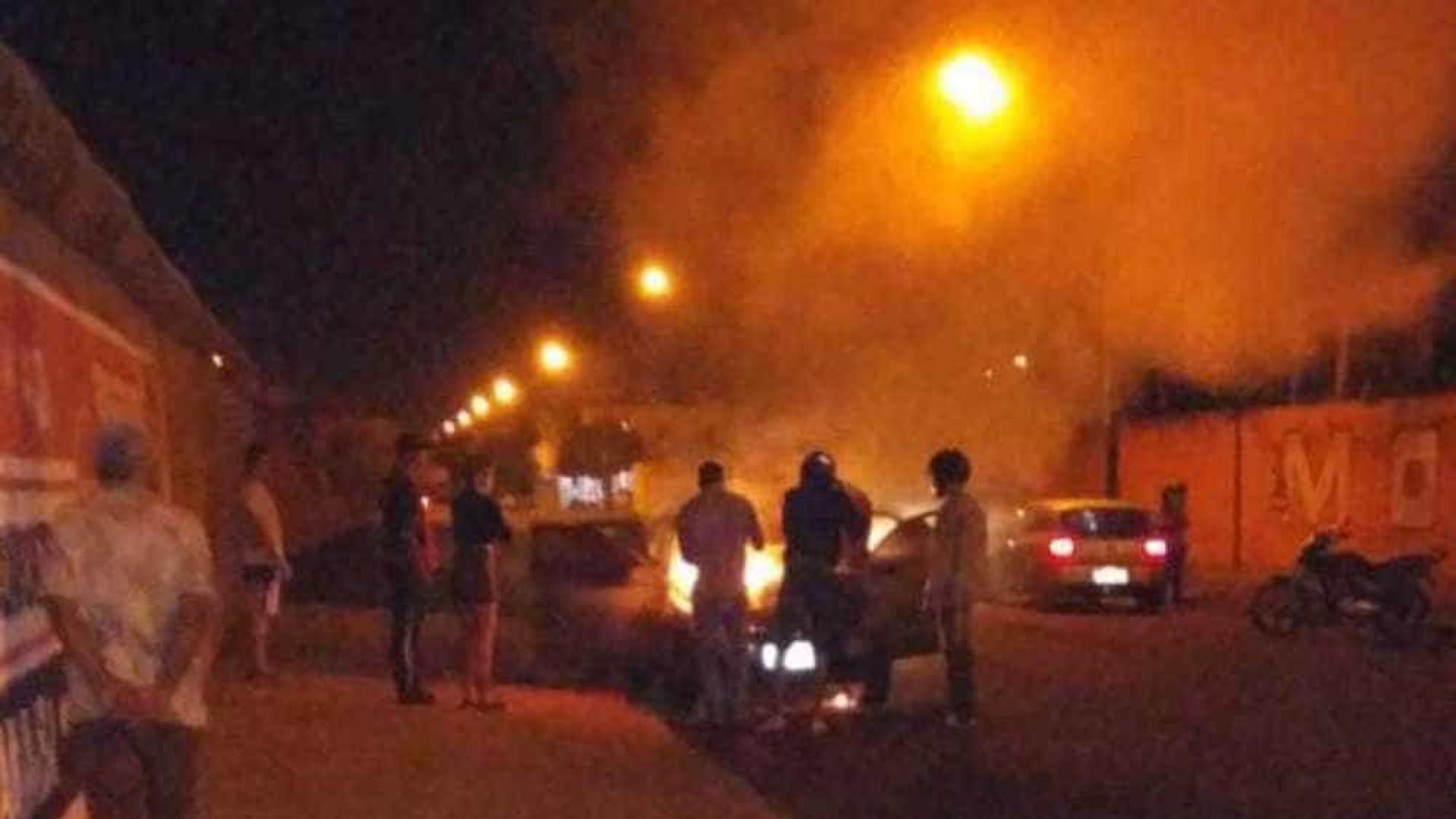 Homem incendeia carro parado em motel ao confundi-lo com o da esposa