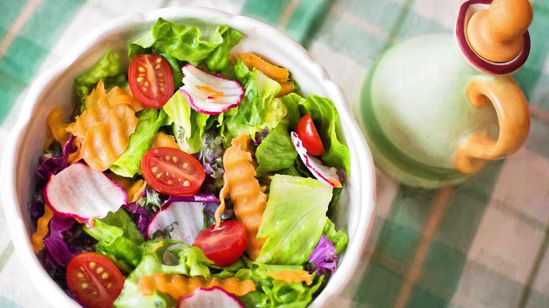 Pesquisa revela contaminação em 90% das saladas prontas para consumo