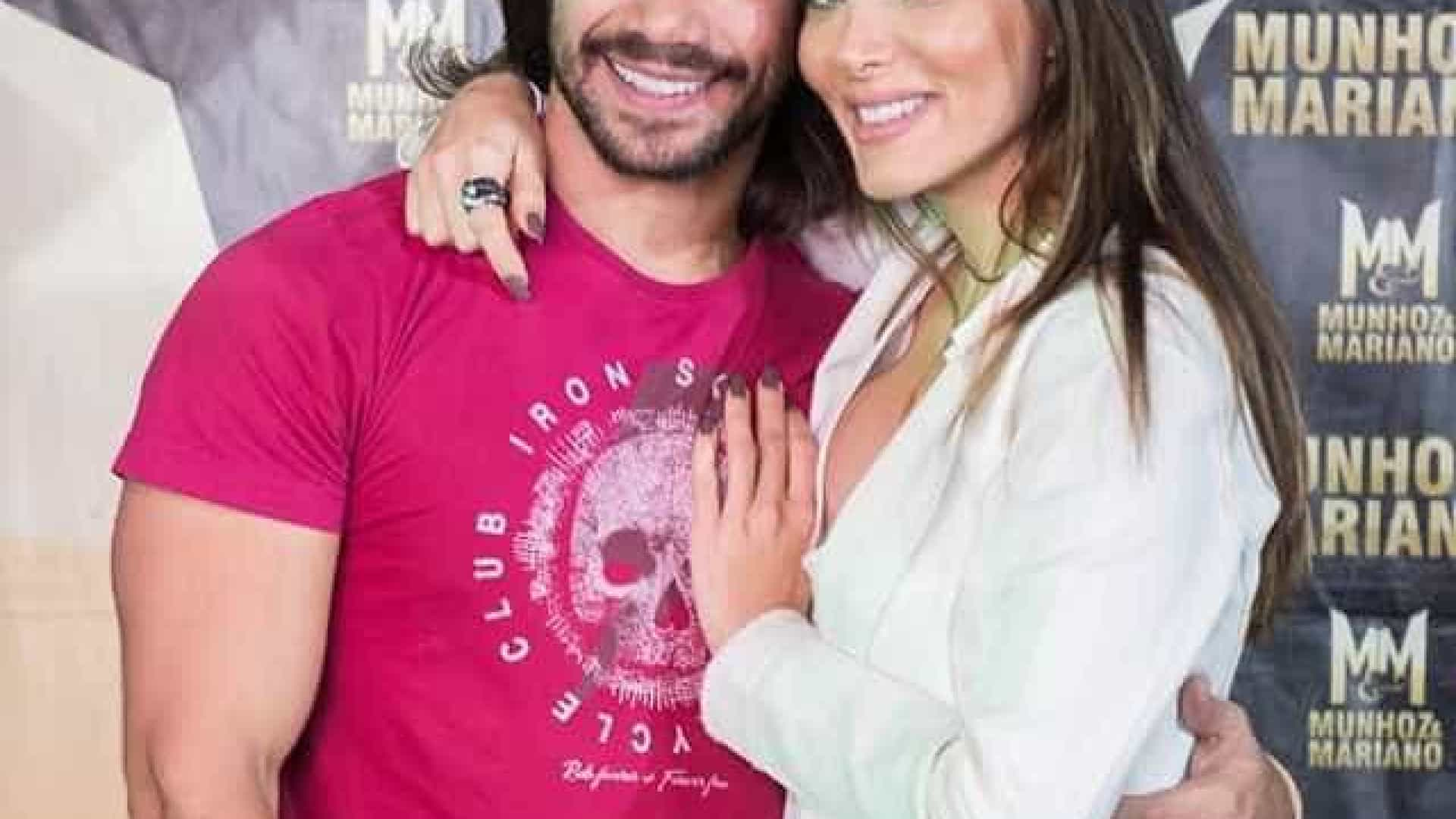 Sertanejo Mariano celebra um mês de namoro com Carla Prata