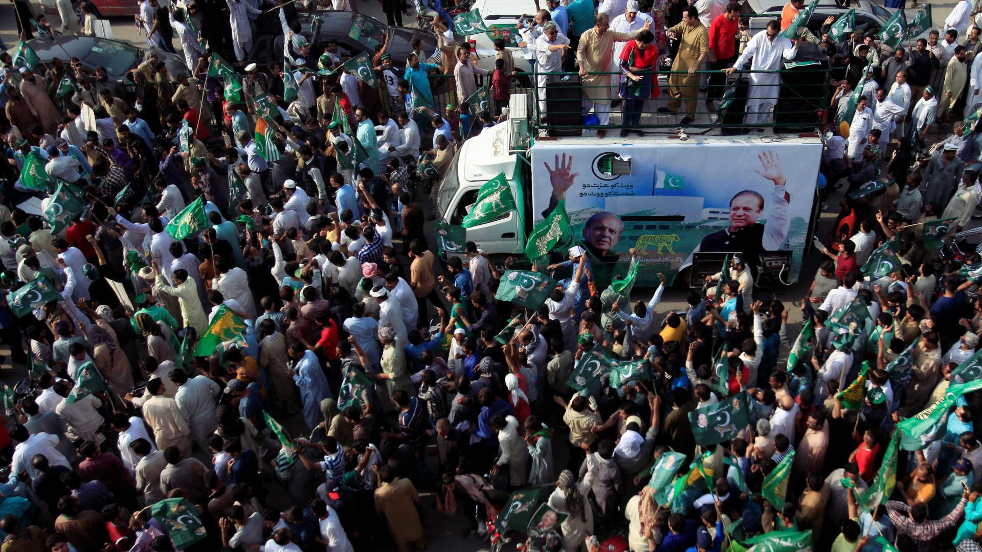 Atentados contra comícios políticos matam mais de 130 no Paquistão